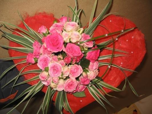 Каркасные букеты и живые цветы от Мосцветторг