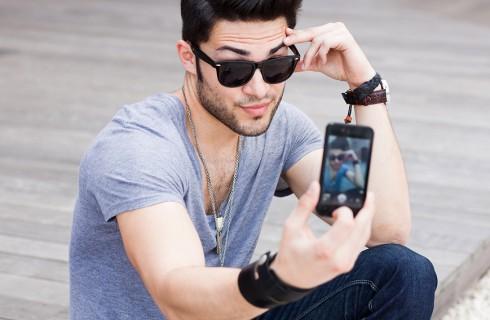 Мужчины, размещающие слишком много selfies являются самовлюбленными или психопатами