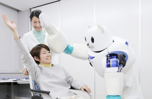 Роботы-медведи помогают людям