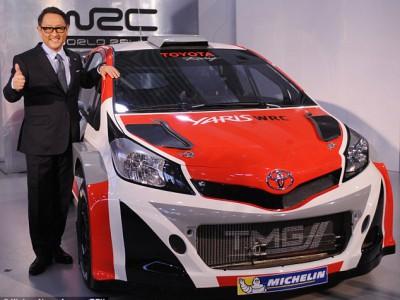 Toyota вернется в ралли. Исполнительный директор Toyota Акио Тойода позирует с Yaris WRC