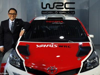 исполнительный директор Toyota Акио Тойода позирует с Yaris WRC