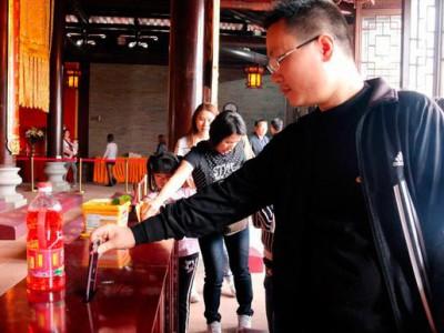 Пожертвования в храм: Конг Чу жертвует свой iPhone 6 храму