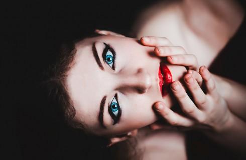 Цвет глаз можно поменять без линз