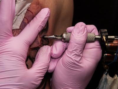 Семейная татуировка: процесс нанесения татуировки