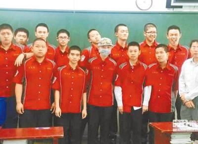 Побрили головы все одноклассники Сяо Ю