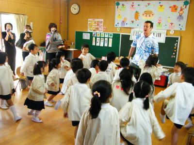 Стоячие столы помогут детям больше двигаться
