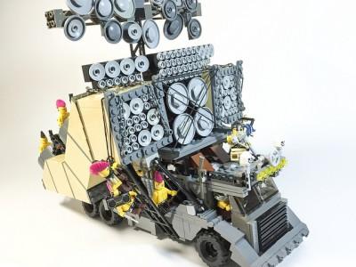 Автомобиль из LEGO по мотивам фильма Безумный Макс: Дорога Ярости