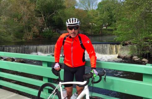 Велосипедист собрал деньги для бедных семей