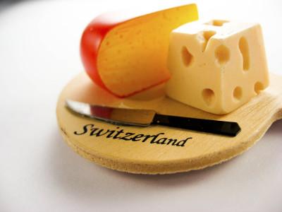 Дырки в швейцарском сыре
