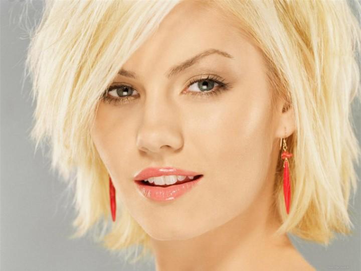Блондинка с сережками