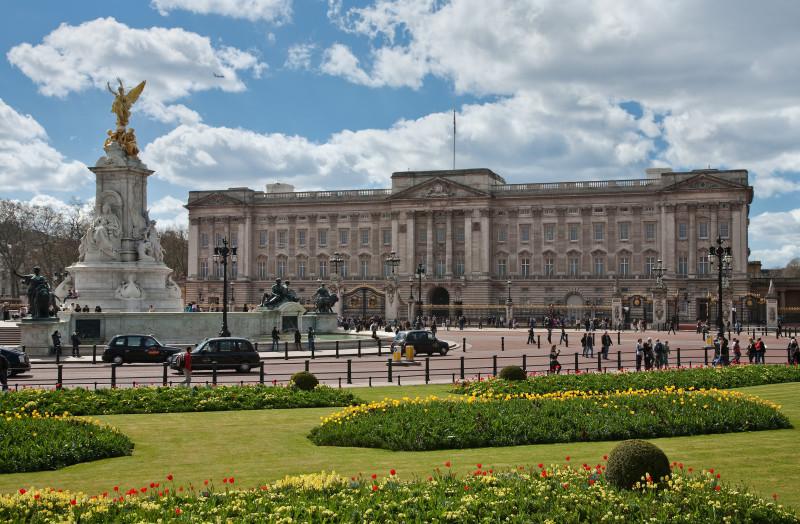 Королеву Елизавету выселяют из дворца