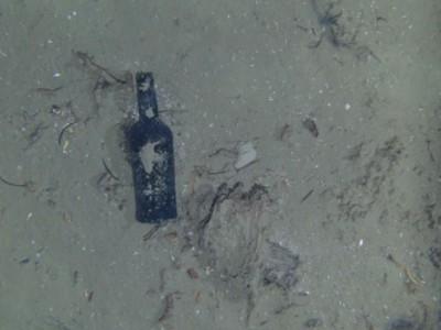 Старый корабль и находки: одна из 9 обнаруженных бутылок