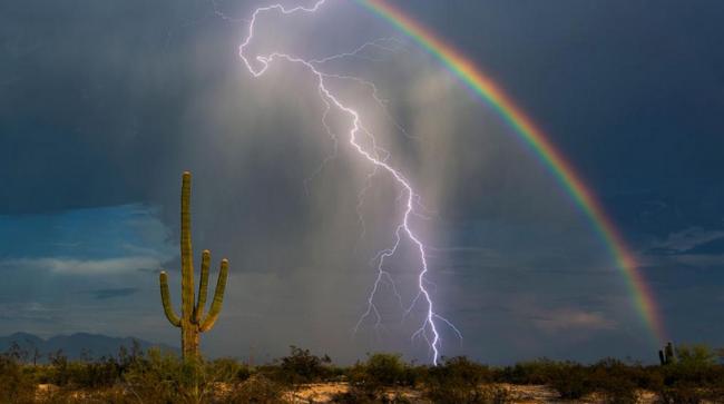 Молния и радуга подружились на небе