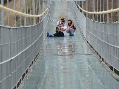 Уникальный стеклянный мост в Китае