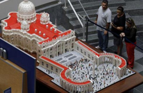 Папу Римского выселят в Ватикан из LEGO