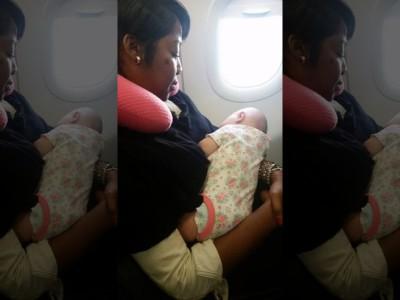 Женщина помогла успокоить малышку. Райли на руках у Нефеши