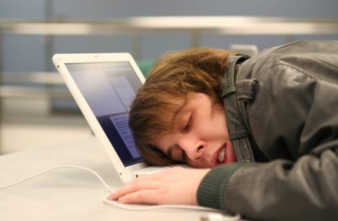Эволюция заставила людей спать меньше
