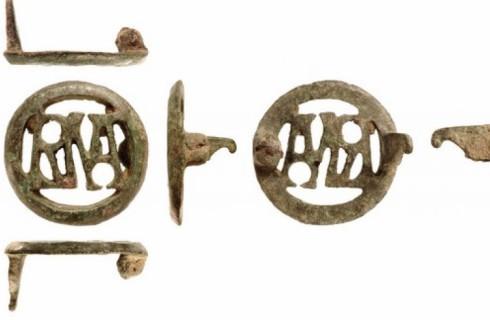Римская брошь показала древний палиндром