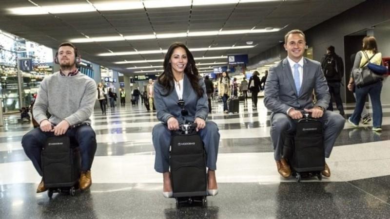 Надоело бродить по аэропорту – прокатись на чемодане