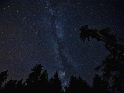 Метеорный поток Персеиды на фоне Млечного пути