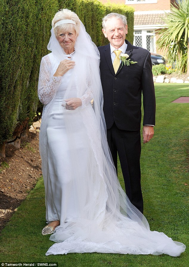 Пара отметила золотую свадьбу в платьях со дня бракосочетания