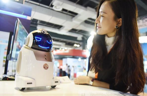 Китай заменяет людей-таможенников на роботов