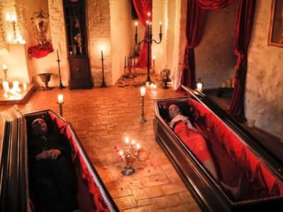 Хэллоуин в замке Дракулы: Тами и Робин Варма