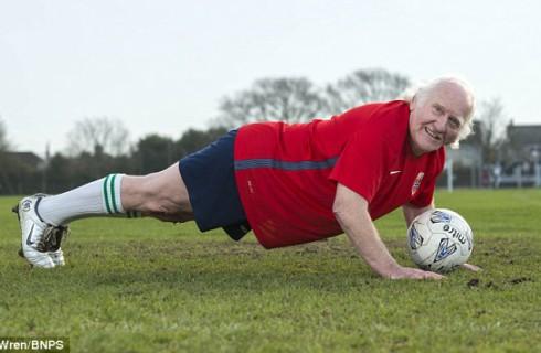 Старейший футболист Британии не собирается на покой