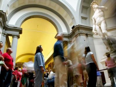 Уникальный музей. Туристы у статуи Давида