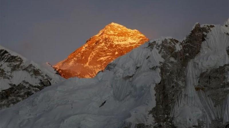Эверест становится ниже