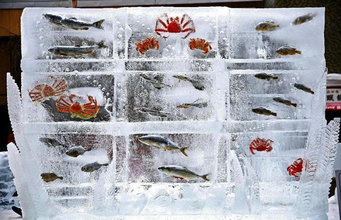 Рыба стала частью скульптур в Японии