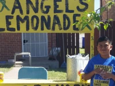 Внук помогает деду. Энджел Рейс продает лимонад