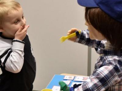 Робот Каспар играет с ребенком