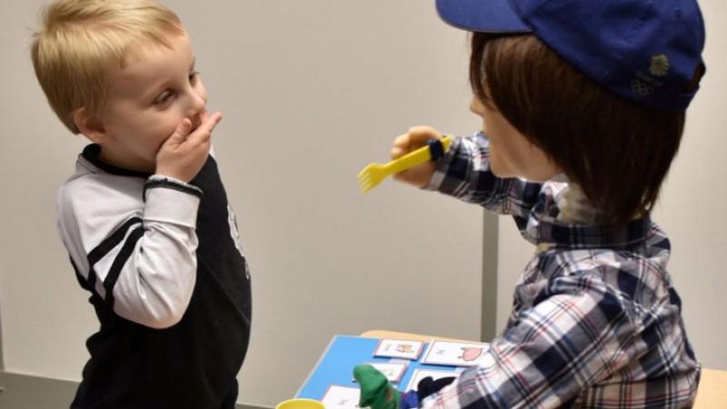 Британский робот помогает детям