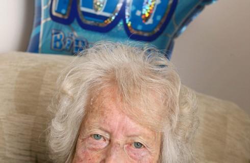 100-летняя женщина делится секретом долголетия