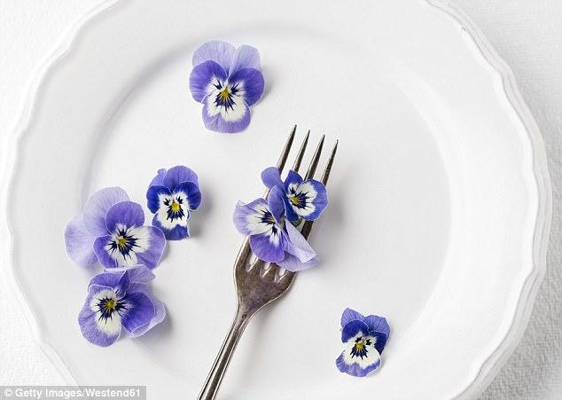 Угольный латте или анютины глазки: что будет сегодня у вас на ужин?
