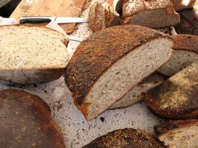 Мамуд Шавершян раздает хлеб нуждающимся
