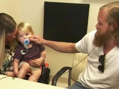 Глухие отец и ребенок. Мишель, Макс и Рэнди Адамс