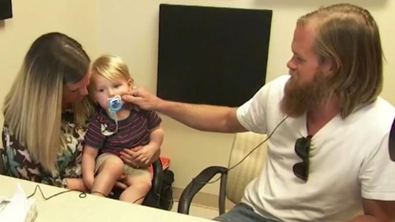 Глухие отец и ребенок услышали друг друга