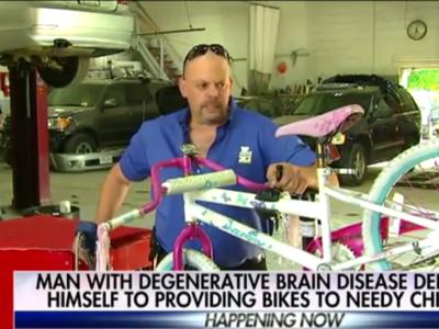 Боб Чарленд собирает велосипед