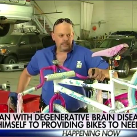 Мужчина дарит велосипеды детям