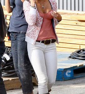 Носить белые джинсы могут все. Меган Фокс в белых джинсах