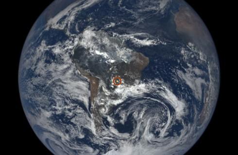 Земля самостоятельно посылает таинственные вспышки в космос