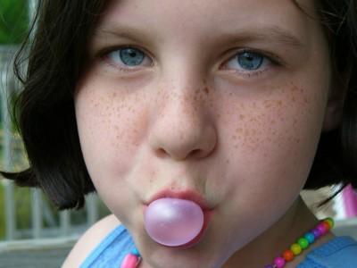 Девочка и пузырь жевательной резинки