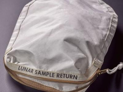 На аукцион выставлена сумка с образцами лунного грунта