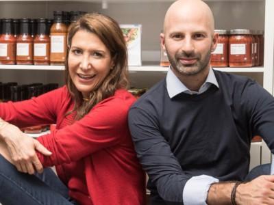 Тина Шарки и Идо Леффлер c продуктами Brandless