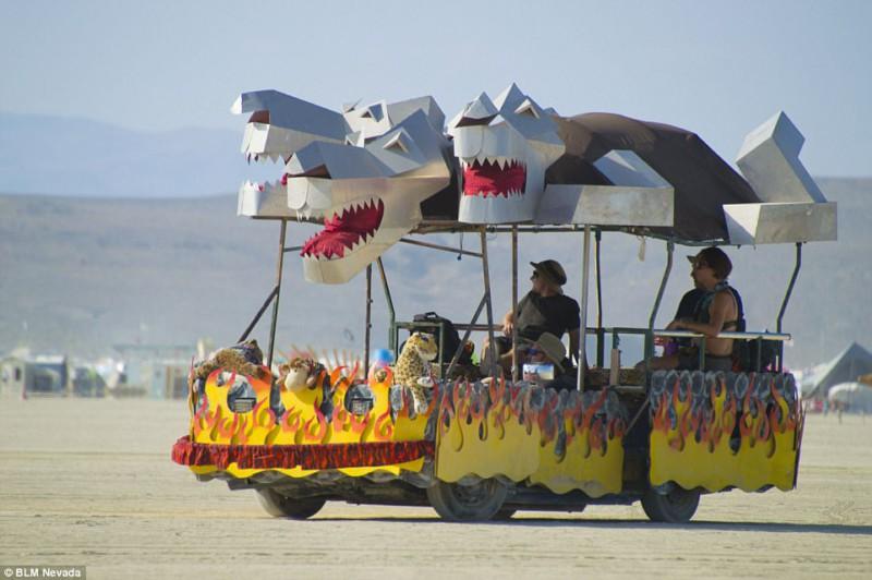 Burning Man объединил огонь и пыль