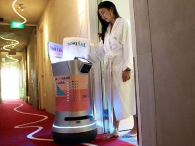 Робот AURA обслуживает номера