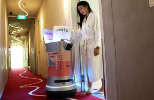 Робот обслуживает гостей отеля