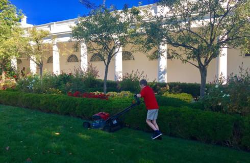 11-летний мальчик косил газон у Белого дома